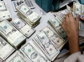 Деньги на родину. Компании перевели в Россию аномальный объем валюты из-за угрозы санкций